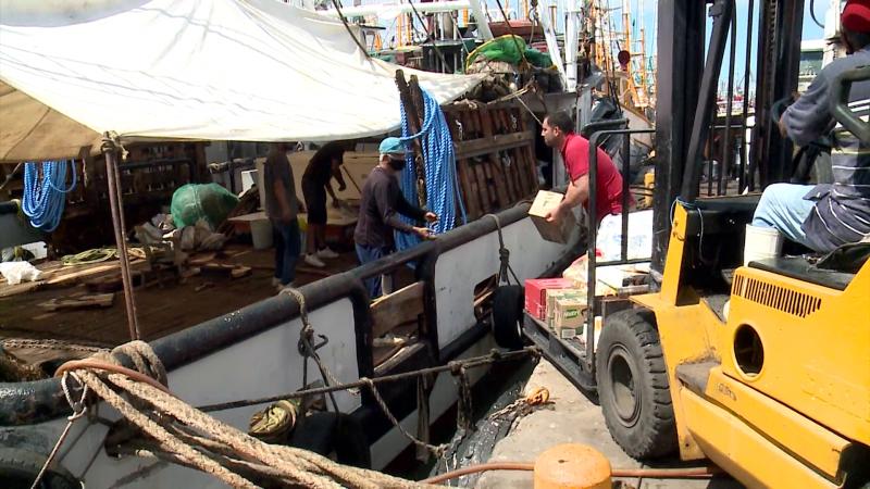 Se alistan pescadores con provisiones para la pesca