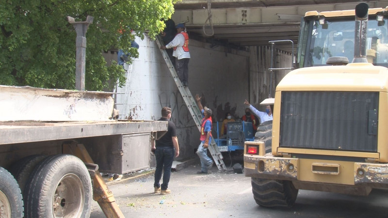 Retiran viga dañada del puente Miguel Hidalgo