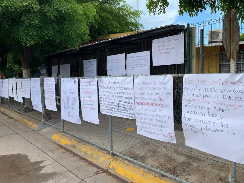 """Toman padres de familia y docentes escuela Primaria """"Manuel Acuña"""" en Los Mochis"""
