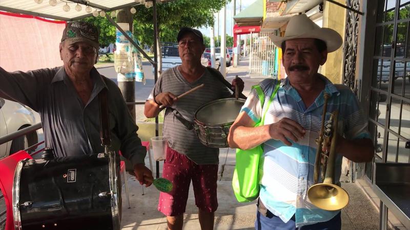 Músicos de banda recorren las calles