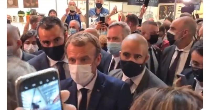Lanzan un huevo al presidente de Francia (video)