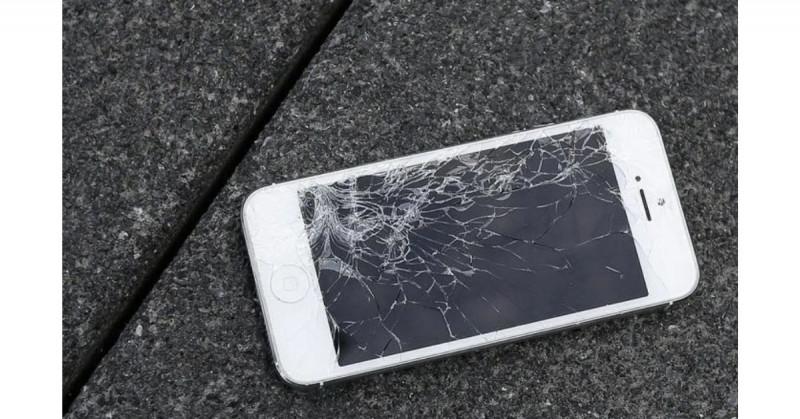 Arrestan a mujer por homicidio involuntario tras lanzar su celular y matar a su novio