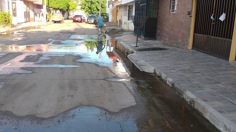 Fuga de agua potable en Fraccionamiento Jacarandas