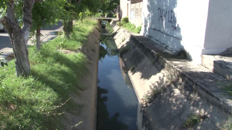 Aguas negras en canal pluvial
