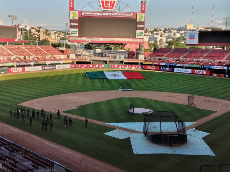 Personal del ejército realiza ensayos para la inauguración de la liga de béisbol