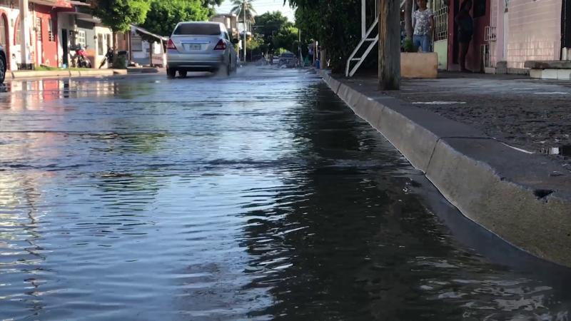 Intensa fuga de agua se registró en Col. Montuosa