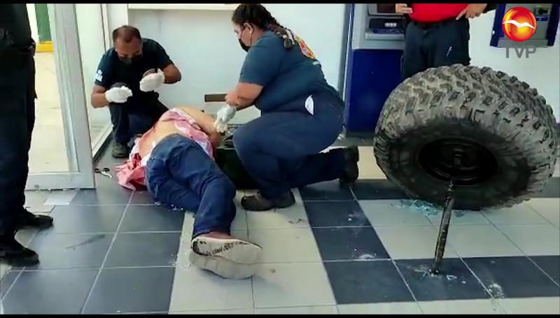 Se le sale llanta a un vehículo, se estrella con cristales de un cajero y lesiona a una persona