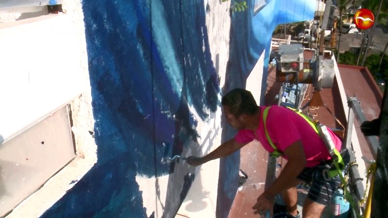 Muralista internacional pinta en Mazatlán