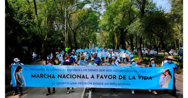 Este domingo miles de personas marcharon de azul en contra del aborto