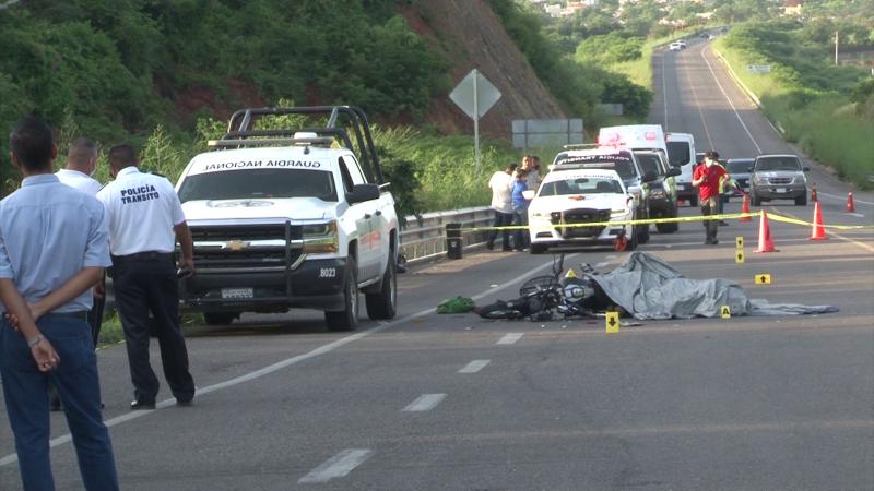Muere hombre al estrellar su moto en patrulla de la guardia nacional