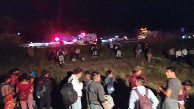Muere menor y decenas de lesionados en volcadura de camión