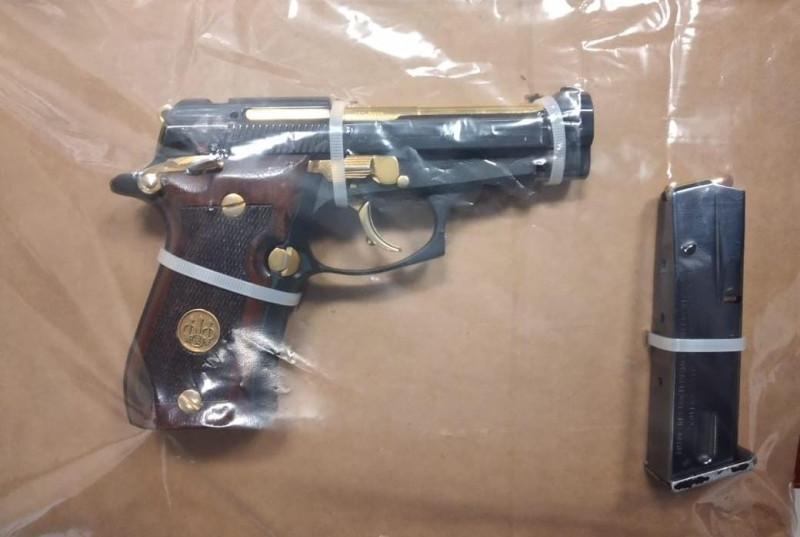 Asegura a civil con un arma de fuego y documentos apócrifos