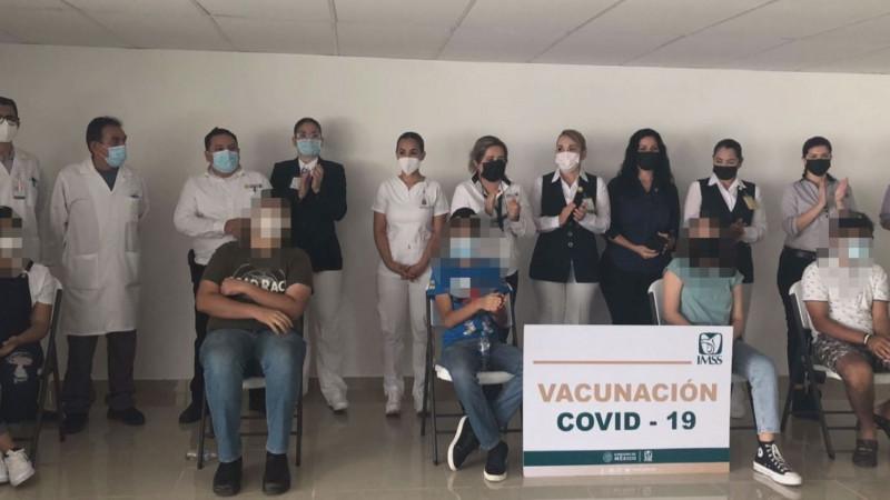 En el IMSS se vacunan contra el COVID a los primero menores amparados