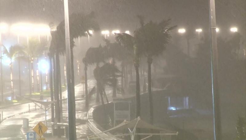 """Vientos huracanados """"cimbran"""" a Mazatlán"""