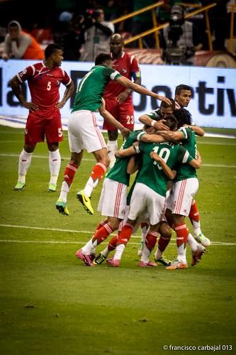 Selección mexicana celebrando gol