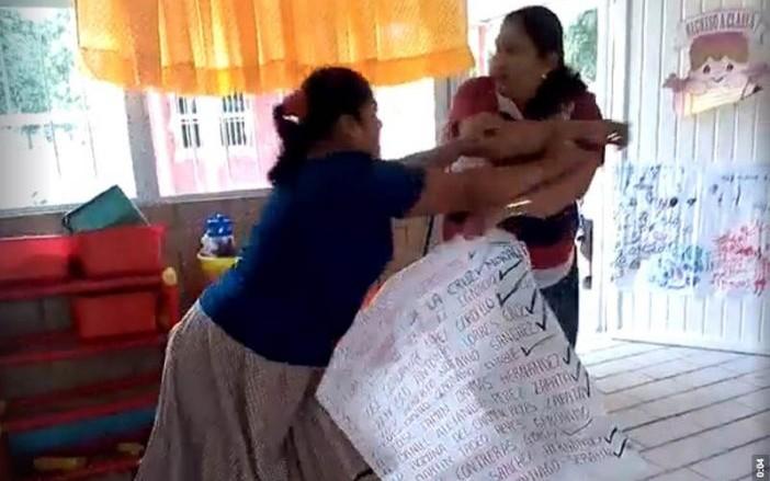 #Video Maestra de kinder golpea a madre de familia