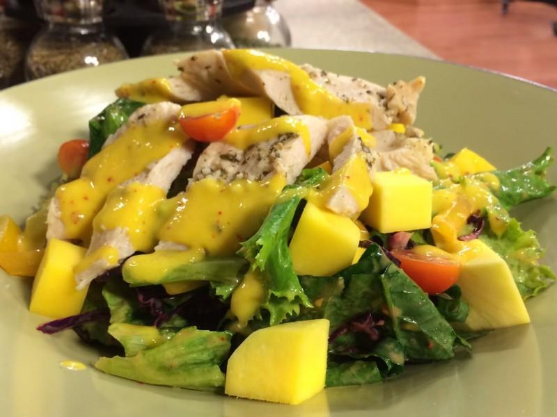 Ensalada fresca con aderezo de mango