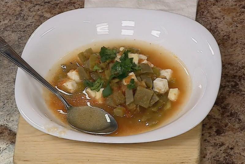 Sopa de panela con nopales Los Pioneros.