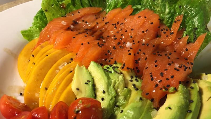 Ensalada de frutas y salmón al salmuera