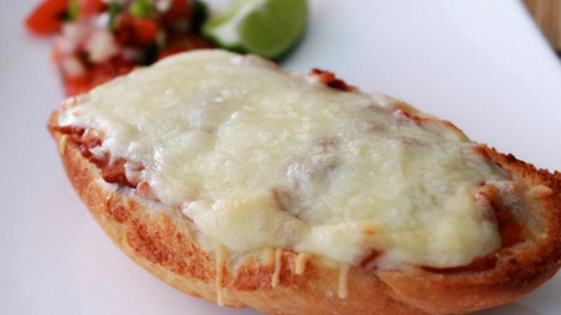 Molletes de frijoles y queso
