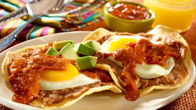 Cocina unos ricos huevos rancheros