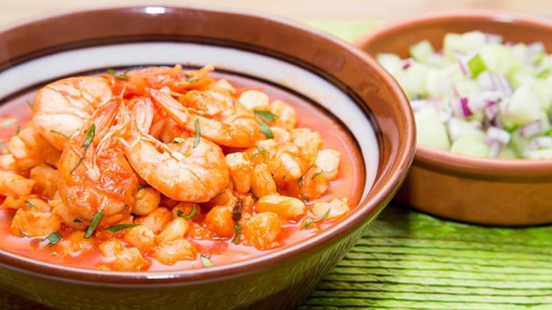 Prepara pozole rojo de camarón