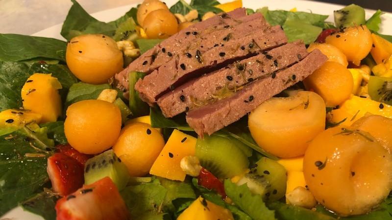 Cómo preparar ensalada frutal con atún sellado
