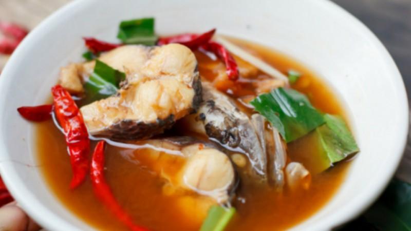 Cómo se prepara el caldo de pescado con verduras