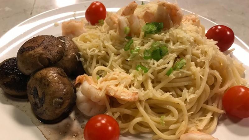 Cómo preparar pasta con camarones al mojo de ajo