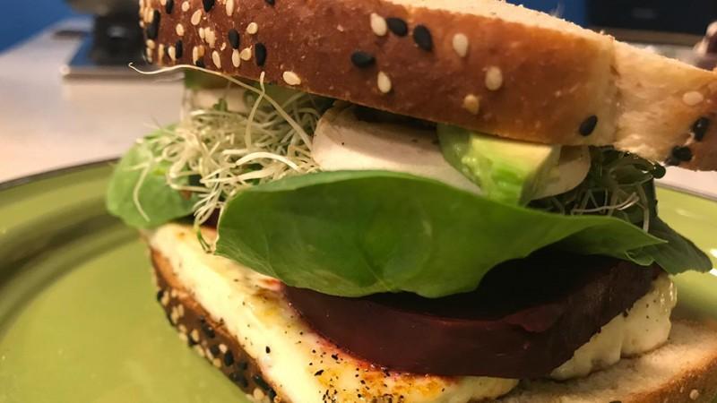 Cómo hacer un sándwich vegetariano de queso panela
