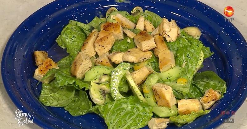 Receta rápida de ensalada con pollo y aderezo de cilantro (video receta)