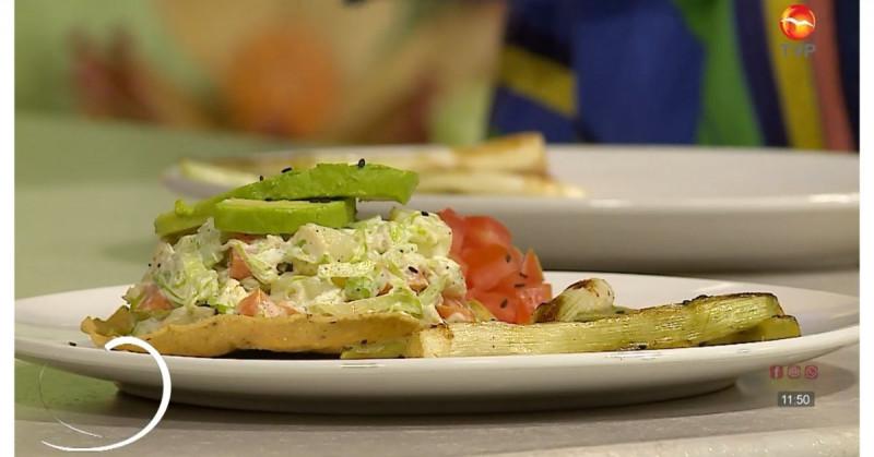 Cómo preparar unas deliciosas tostadas de ensalada de pollo deshebrado (video receta)