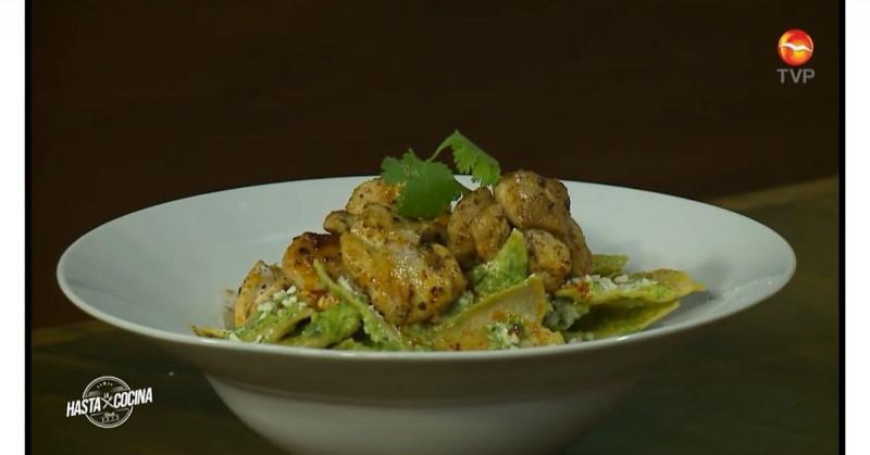 Estos chilaquiles poblanos con pollo son ideales para cualquier comida (video receta)