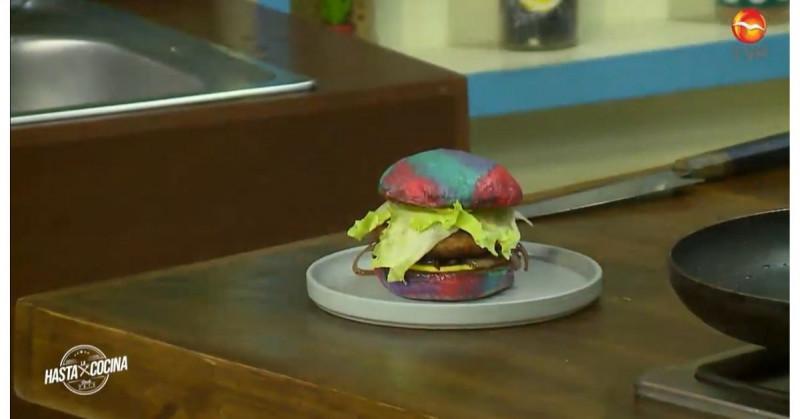 Consiéntete con esta hamburguesa especial rellena de queso y cebolla caramelizada (video receta)